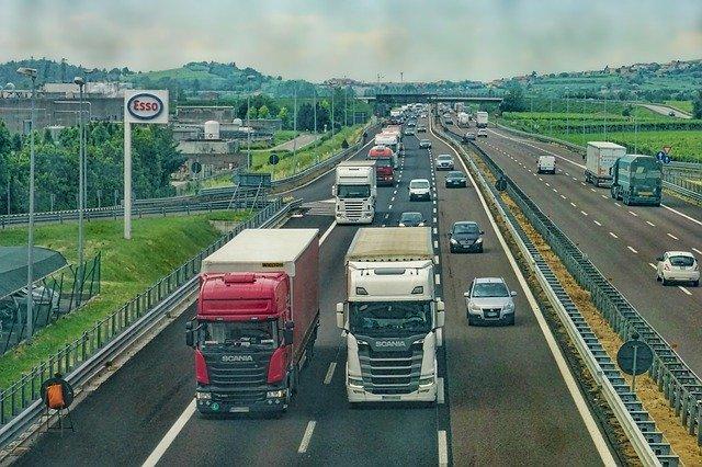 Samochody, ciężarówki na drodze